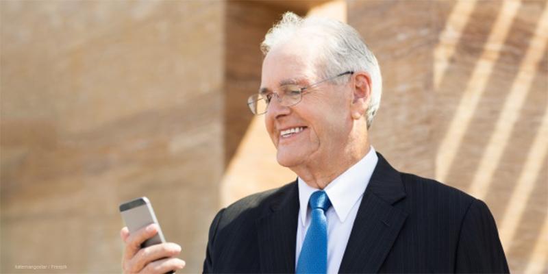 ejecutivo-consultando-su-asistente-virtual