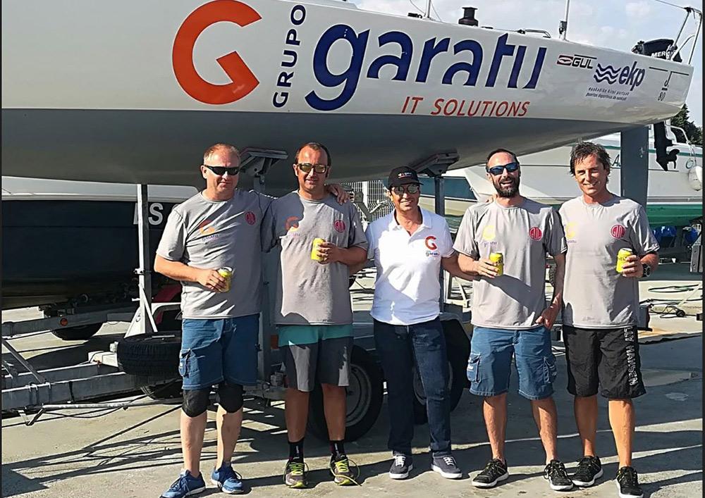 Juan Vazquez CEO de Grupo Garatu con Iker Almandoz, Íñigo Jauregui. Borja Ponte e Íñigo Sánchez. subcampeones del mundo de J80 2018