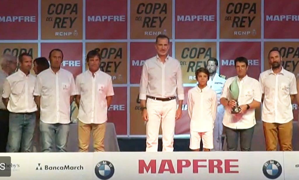 S.M. el Rey en la entrega de premios de la 38 copa del rey mapfre con Juan Vazquez de Dios y el equipo de AD Grupo Garatu
