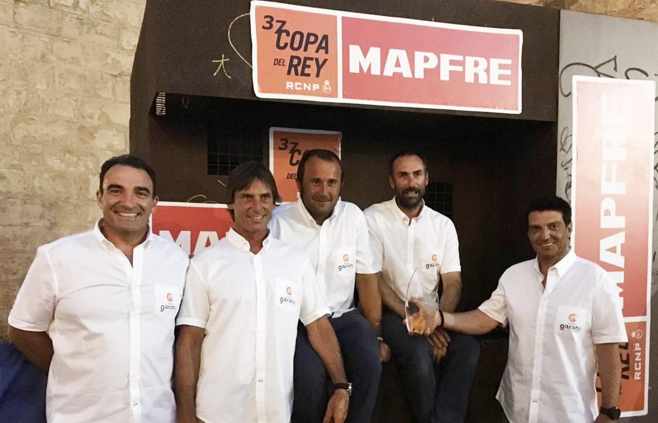 Juan Vazquez de Dios con el trofeo de la 37 copa del rey de Mapfre y el equipo AD Grupo Garatu: