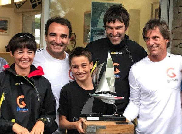Mostrando el trofeo de campeones de la Copa de Mexico Euskadi J80 con Iker Almandoz y Eneka Juanena