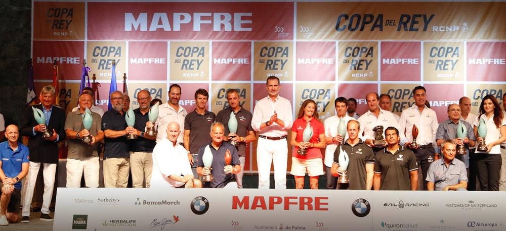 Juan Vazquez de Dios y el resto de equipos ganadores en la 38 copa del rey mapfre junto con el Rey Felipe VI